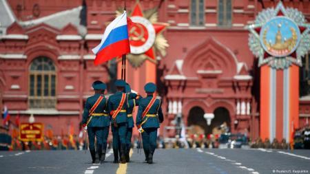Desfile de tropas comunistas