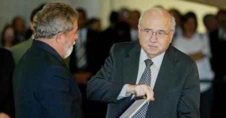 luis-fernando-verissimo-recebe-a-condecoracao-da-ordem-de-rio-branco-das-maos-do-entao-presidente-luiz-inacio-lula-da-silva-em-2005-1353610251151_956x500
